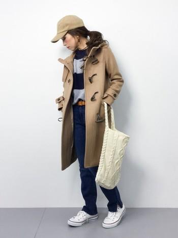 キャップ×ダッフルコート×デニム×スニーカーとスポーティ要素満載のコーデには、ニット素材のトートバッグが女性らしく品があって可愛いですね。