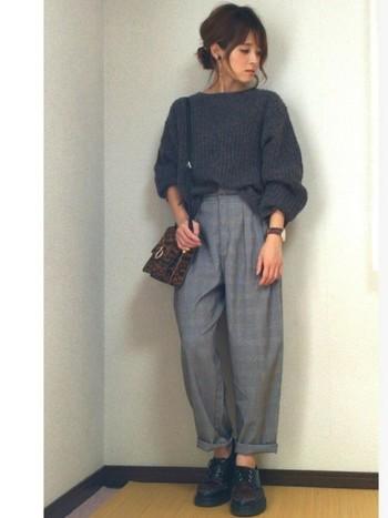 ボーイッシュなコーデですが、ヘアスタイルやバッグで女性らしさを強く演出していますね。ニットとパンツを同系色で合わせてもモヘアニットなら、重くならずに着こなすことができます。