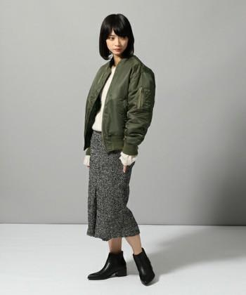 ハードな印象のMA-1ジャケットも、モヘアニットとミモレ丈のタイトスカートと合わせるとぐっと女らしい印象になります。インナーに合わせているモヘアニットの袖を少し出してふわふわな素材感も生かされていますね。
