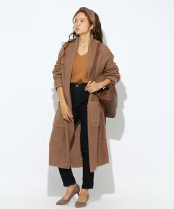 ロングカーデならコートの代わりに使うこともできますね。同系色のコーデはぼやけてしまいがちですが、デニムやパンツで濃淡をつけることで女性らしいラインが強調され、おしゃれに着こなすことができます。