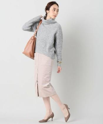 毛足が長いモヘアニットですが、合わせるアイテムによってとても軽快な印象がもてます。このように全体を明るめのカラーで合わせてもバランスがよく、通勤にもぴったりな着こなしができます。