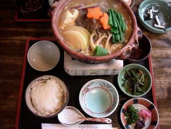 """京野菜と地鶏の旨味がたっぷりと入った""""味噌鍋""""には、大原の漬物、山菜の小鉢、ご飯付き。白いご飯に甘辛の味噌味がよく合います。"""