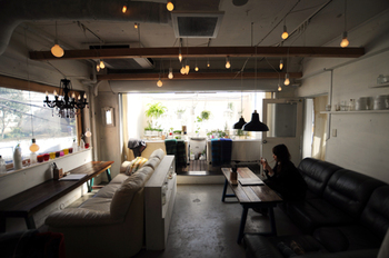 一歩足を踏み入れると不思議な空間に迷い込んでしまったかのように錯覚してしまうこちらのカフェ。雑居ビルの中にありますが、昼間は日の光がやわらかく差し込み、穏やかで落ち着きのある空間を演出しています。テーブルごとにソファや椅子が違うのに、なぜか全体のまとまりがあるように思える素敵なカフェなんです。