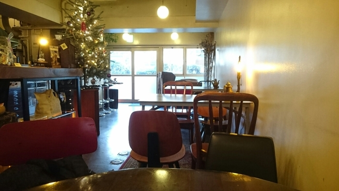 広々とした空間にアンティーク雑貨などがセンスよく飾られています。テーブルや椅子、ソファなども統一されておらず、それぞれのお席の個性を楽しめます。