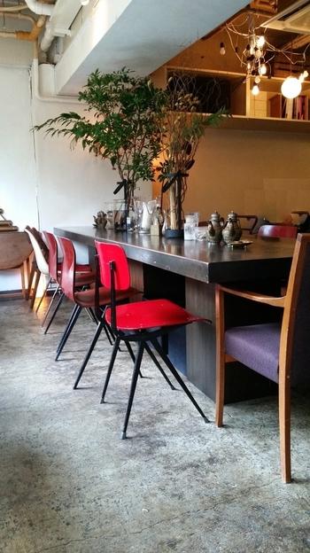 打ちっぱなしのコンクリートの質感とスタイリッシュな椅子のシルエットがよく似合っています。どちらの椅子に座ろうかと迷ってしまいそうですね。