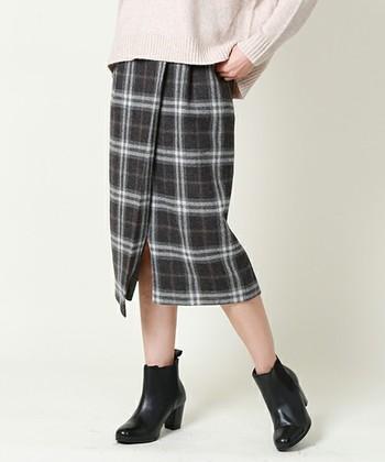 ひざ下やロング丈のタイトスカートの場合は、ブーティーやパンプスなど少しだけヒールのある靴がスッキリと見えますよ。
