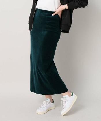 """タイトスカートは、コンサバアイテムの印象なので、あえて足元で""""抜け感""""を作るのも◎おじ靴やスニーカー、落ち着いた色のカラータイツや差し色靴下を合わせると、おしゃれ上級者ですね。"""