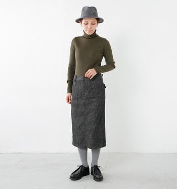 オールシーズン使えるデニムタイトスカートは、1枚持っておきたいアイテムです。秋冬はタートルニットやカラータイツと合わせてカジュアルな雰囲気に。