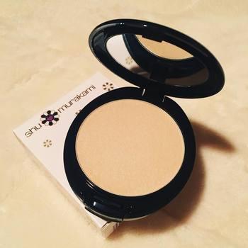「shu uemura(シュウ ウエムラ)」のザ・ライトバルブ UV コンパクト ファンデーションは、ひと塗りで自然なツヤ肌が演出でき、重ね塗りしても厚塗り感が出ないのが魅力。カバー力も高く、化粧崩れしにくいのもうれしい。