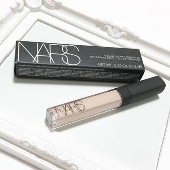 「NARS(ナーズ)」のラディアントクリーミーコンシーラーは、スムースなつけ心地で、肌にうるおいを与えながら、気になる部分をカバーしてくれるクリームタイプのコンシーラー。なめらかにのびて肌になじむのが魅力です。