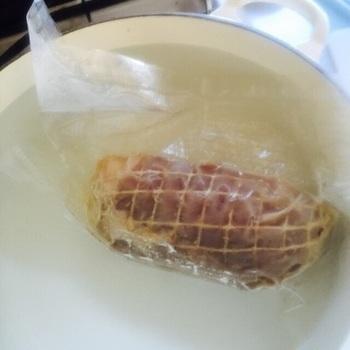 真空調理の手順は簡単。ポリ袋に食材と調味料を入れてもみ込み、空気を抜いてしっかり口をねじって縛って茹でる、という流れです。