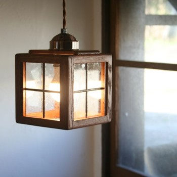 木製のレトロでかわいらしいデザインの照明。淡くて優しい光を感じさせてくれるので、非日常の空間を演出したい時にもオススメ。明るくし過ぎない廊下などにディスプレイすると家の空間のバランスを取れて、より素敵な雰囲気に。