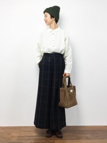 ichi(イチ)の定番アイテムでもあるカラーリネンシャツ。ややワイドなシルエットに小さめの衿が、ナチュラルな雰囲気とフェミニンな印象を与えてくれます。