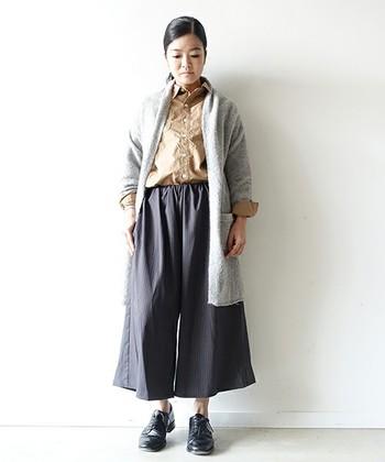 プレーンなコットンシャツはダブルポケットと大きめなボタンがアクセントになった一枚。着丈のバランスも良いため、裾をタックアウトしてカジュアルに着用しても、タックインしてフォーマルな着こなしでも、サマになりますよ。
