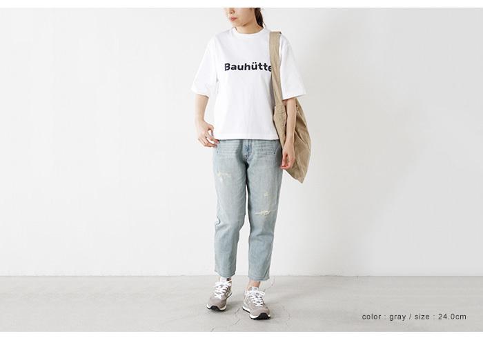 ペールトーンでまとめるコーデは、アイテムがTシャツとデニムでも女性らしく品よく決まります。足元もアイスグレーでやわらかに。