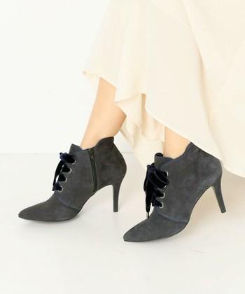 寒い時期でも黒や茶色に頼らず、グレーで足元を少し華やかにしてみませんか?明るい色のワンピ―スなどに合わせて◎