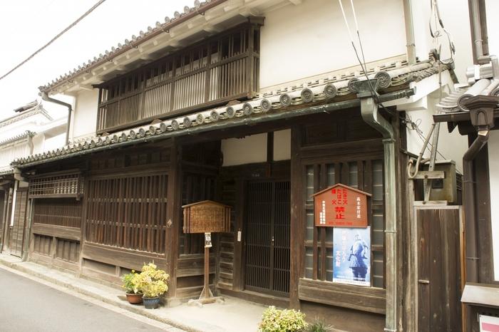 酒造業と醤油業を営んでいた高木家の住宅は、江戸時代末期に建てられたものです。幕末期における上層民家の特徴がよく保存されている高木家住宅は重要文化財に指定されている町屋民家です。