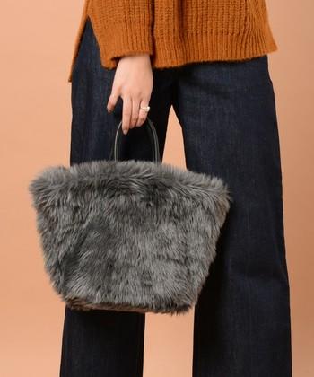 キャメルとデニムのネイビーがとっても大人っぽい組み合わせ。カジュアルコーデですが、チャコールグレーのファーバッグで一気に大人顔コーデに。