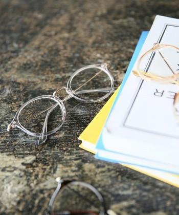 流行の伊達メガネは黒やベッコウが主流。柔らかな印象にはグレーのフレームも可愛いですよ♪