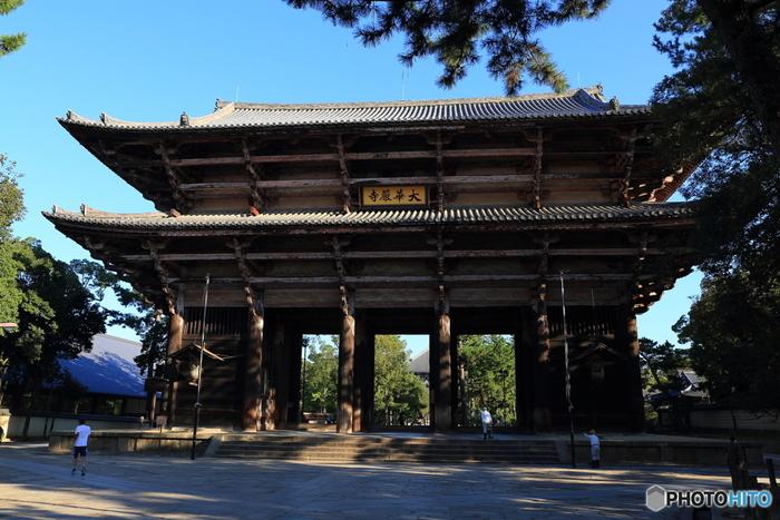 東大寺の玄関口でもある南大門は、国宝に指定されています。創建当時の南大門は、平安時代中期に台風で倒壊したため、現存する門は、12世紀末に再建された現存するものとなります。