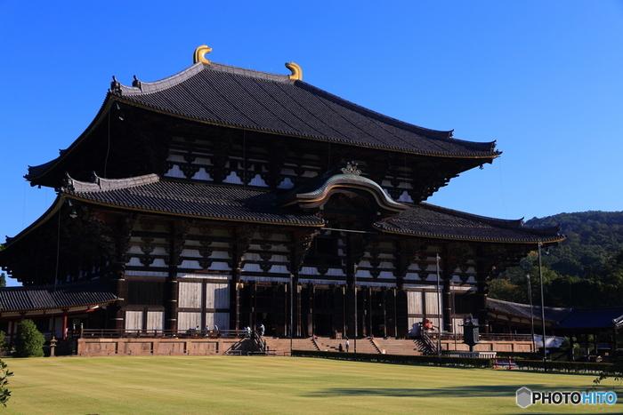大仏殿は、東大寺の本尊、盧舎那仏坐像(奈良の大仏)が安置されている仏堂です。大仏殿は、758年に建てられた後、戦禍によって二度焼失しており、現在の建物は1709年に再建されたものです。
