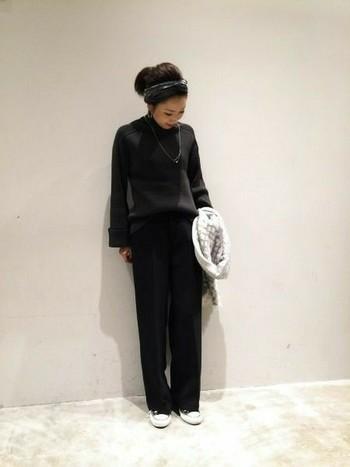 大人なグレー&ブラックコーデにダークグレーのカチューシャを合わせても可愛いですね。