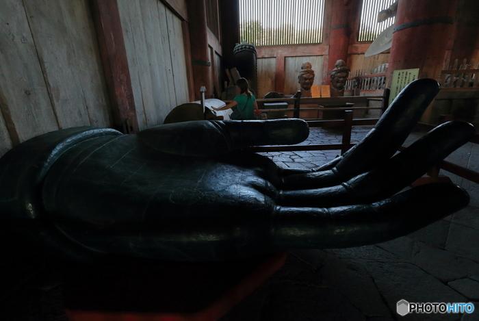 大仏の掌は大人が乗れる大きさです。現在のようにクレーンやトラックが無い時代に、1300年以上もの後世に残す国宝を作り上げた古の人々の偉業には驚かされるばかりです。