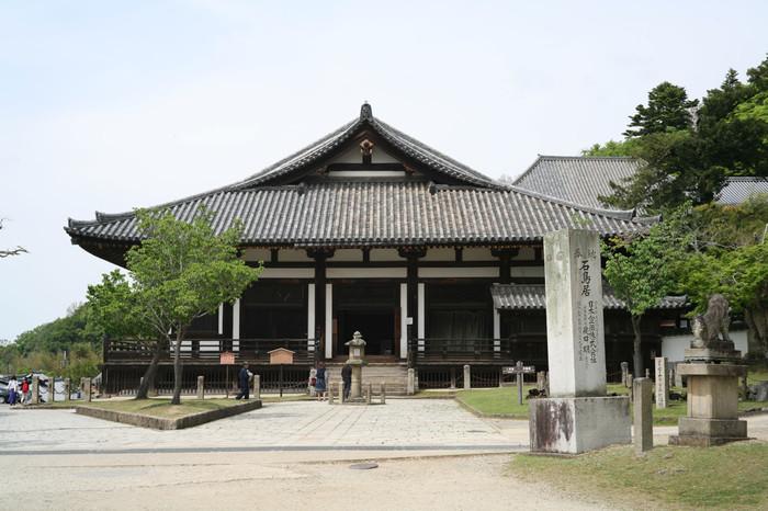 若草山麓に鎮座する法華堂は、東大寺最古の建築物です。「三月堂」の異名を持つ法華堂は、東大寺の前身でもある金鍾寺(きんしょうじ)の遺構とされており、国宝に指定されています。
