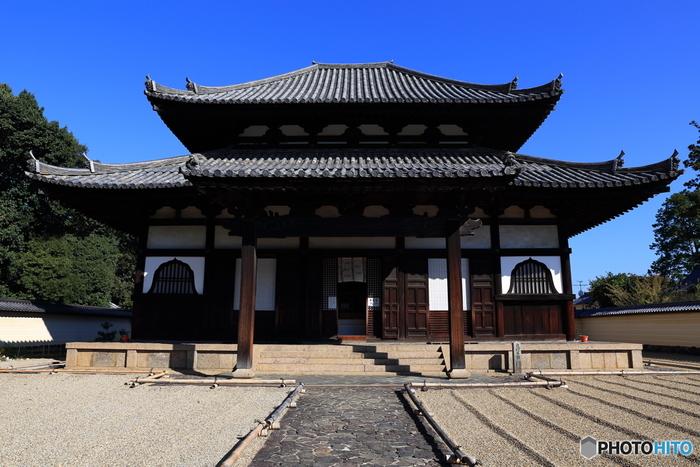 東大寺が創建された奈良時代、仏教が日本国内で普及しつつあるものの、出家者が正式な僧となるために必要な「授戒」の場は、ありませんでした。戒壇堂は、唐の高僧・鑑真を招いて創建された日本初の授戒の場です。