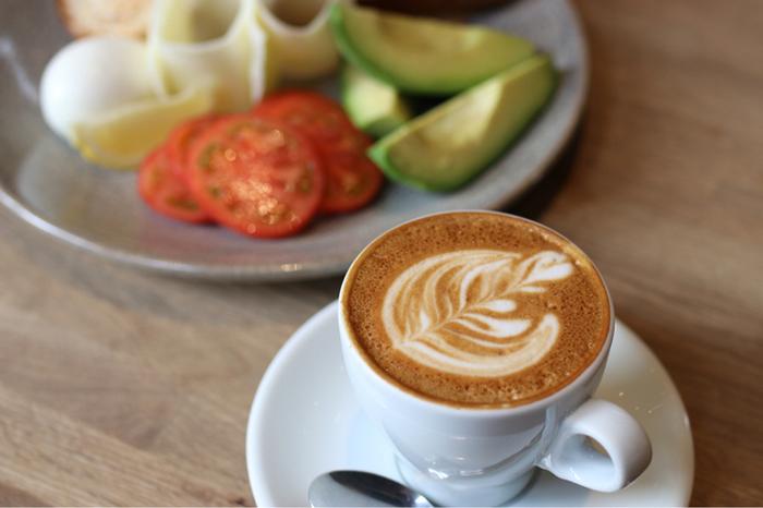 看板メニューは、もちろんエスプレッソ。その他に、ニュージーランドならではの「フラットホワイト」や「ロングブラック」もおすすめです。プレートやベーグルなどの軽食も充実しているので、おいしいコーヒーと共にまったり食事も良いですね。