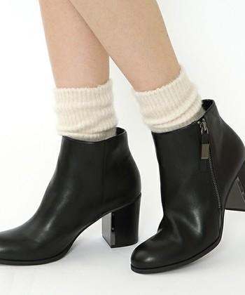 基本はやっぱり白ソックスです。 どんなコーデにもすんなり馴染んでくれる、プレーンな白ソックスは1枚あるとかなり助かる優秀アイテム♪ ブーツからチラ見せしても可愛いですね。