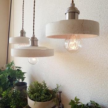 続いて紹介する照明は匣鉢(こうばち)と言って、陶磁器を火にかける時に素材を熱からガードしてくる素材から作られているんです。和の雰囲気だけでなく、白い壁のリビングなどに合わせて、優しくてスタイリッシュな空間を作りたい時にも似合いそうです。
