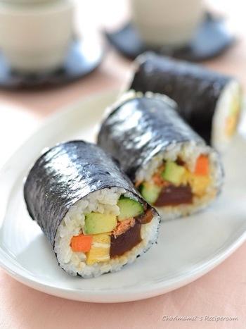 コチュジャンを使ったマグロの韓国風漬けや味噌にんじんなどを入れた、こだわりの恵方巻。味付けしっかりの具材なので、お弁当にもおすすめです。