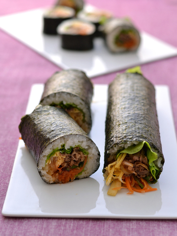 野菜もお肉もたっぷりのビビンバ風恵方巻き。7つの食材を手作りナムルだれで絡めた韓国風の味付けで、パクパク食べられちゃいます。