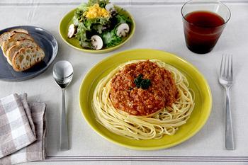 同じくカラーバリエーション豊富なプレートは、一見するとお料理を盛るには鮮やか過ぎるのでは?と思ってしまいますが、実際はその深みのある色合いがなんともしっくり。食卓を明るく盛り上げつつ、より美味しそうに彩ってくれますよ。