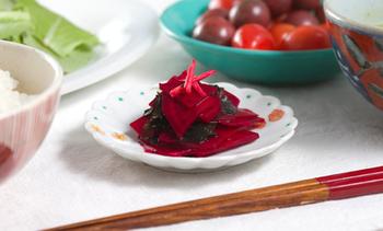 ビーツとわかめの食感が楽しいピクルスは、箸休めにぴったり!簡単なのに食卓もぱっと華やぎますね。