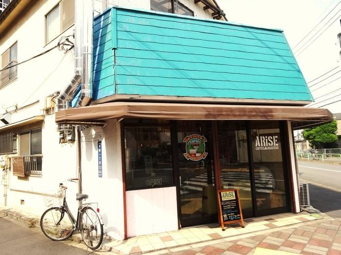 ブルーボトルコーヒーから程近く、地元の人に人気なのが、こちらの「ARiSE(アライズ)」です。地元民に愛されるお店らしく、こぢんまりとした店構えと個性的な明るいオーナーさんが魅力的。肩肘張らずにおいしいコーヒーが飲みたい時、ぜひ訪れたいお店です。