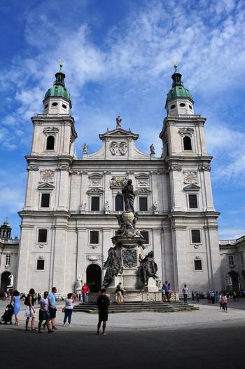 噴水の反対側には存在感のある大聖堂が。ここでモーツァルトも洗礼を受け、オルガンの奏者も務めたそう。