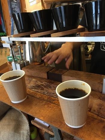 メニューはホットコーヒーのみ。その日によって約10種類の豆から選べます。珍しい豆が置いてあることもあり、人気のチェーン店とはまた違った魅力が詰まっています。