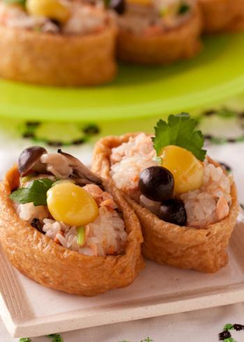 鮭・きのこ・銀杏など、秋の味覚たっぷりのおこわを詰めたオープンいなりは、秋の行楽弁当にぴったりですね!