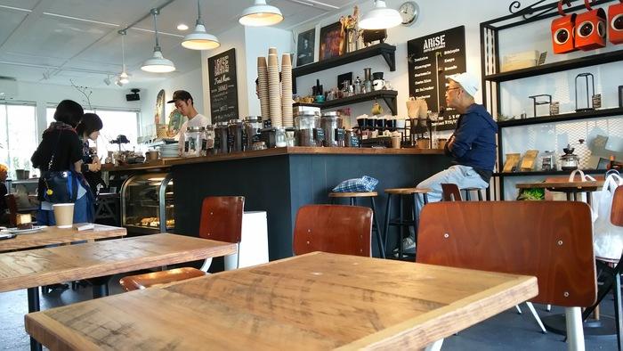 大きめの窓から日が差し込み、白い壁と相まって明るい雰囲気の店内。1号店ではコーヒーオンリーでしたが、こちらではコーヒーの他にデザートや軽食も充実しています。まったり食事やお喋りしながら、コーヒーを味わうことができますよ。