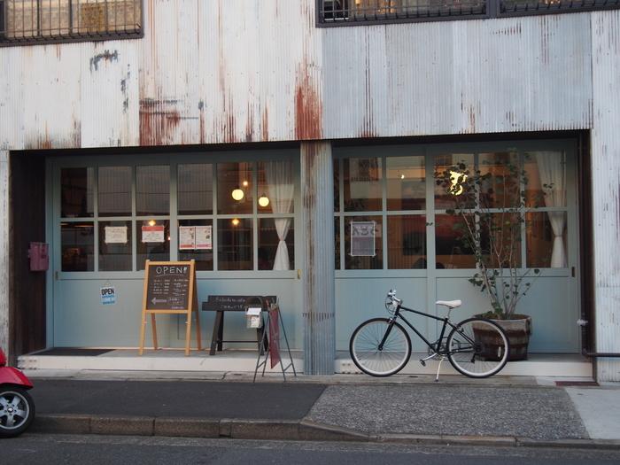 雰囲気たっぷりのこちらのカフェは、築50年のアパートである「深田荘」をリノベーションしたお店。歴史を感じる趣ながら、センス良くオシャレな外観。横を通ったら思わず気になって、写真を撮りたくなるようなフォトジェニックな建物ですね。