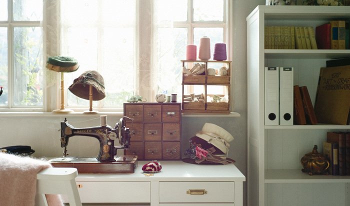 お裁縫道具や本、ファッション小物など、好きなものたちを自由に配置して、自分だけのお気に入りのスペースをつくるのも素敵です♪