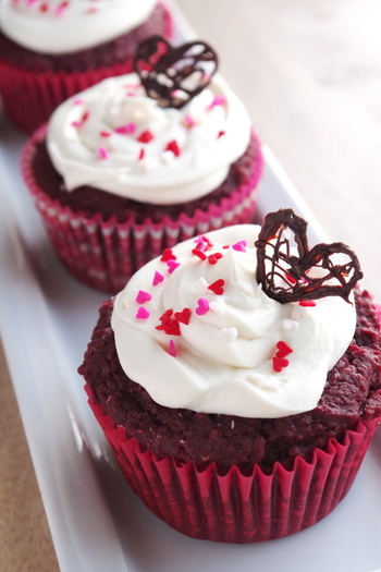 アメリカで大人気のレッドベルベットケーキをマフィンに。可愛くトッピングすればバレンタインスイーツとしてもおすすめです♪