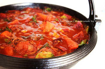 日本家庭でも揃えやすい食材で、お手軽にロシア風のお味を楽しめる、寒い日におすすめのあったかレシピです。