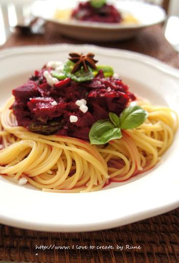 ビーツの甘みとトマトの酸味が絶妙にマッチする本格パスタ。お好みでお肉を入れても美味です。