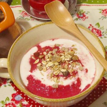 にんにくと豆乳でほっこり温まるスープ。シリアルをトッピングして食感を楽しむのもおすすめです。