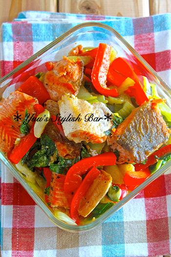 『鮭と青梗菜の柚子ポン炒め』。パプリカの鮮やかな赤が食欲をそそる♪