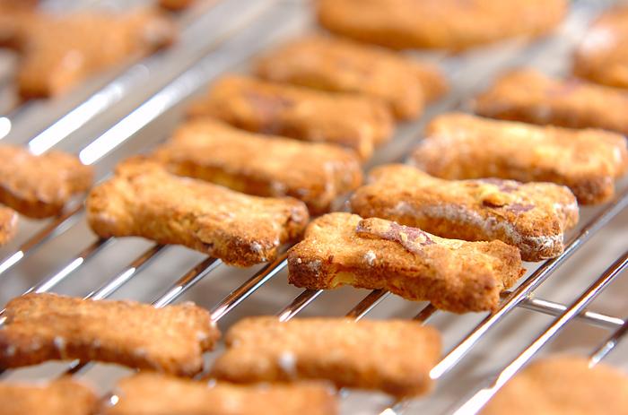 おからと豆乳で作った健康的なクッキーです。プレーン、サツマイモ、きな粉、黒ゴマの4種類のバリエーション。甘さは控えめですが、人間も一緒に美味しく食べられます。おそろいでどうぞ♪