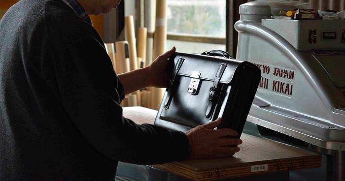東京墨田区にある「丸ヨ片野製鞄所」。 1947年(昭和22年)の創業以来、学生カバンやランドセルを製造するメーカーとして、品質の高い丈夫な製品を世に送り出してきました。